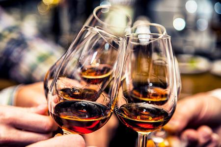 saúde: Grupo de amigos de um brinde para os aplausos de conhaque ou o conhaque Elogios