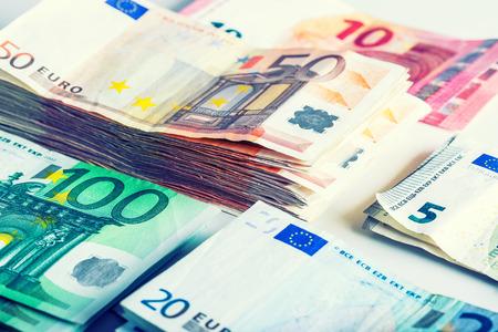 banconote euro: Diverse centinaia di banconote in euro divisi per valore. Concetto di denaro Euro