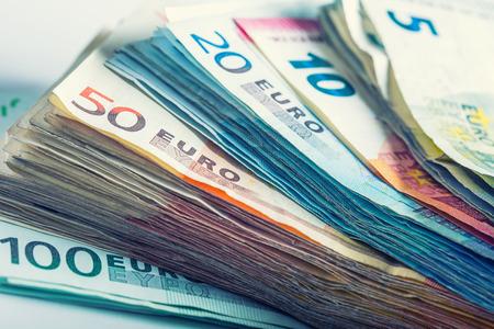 dinero euros: Varios cientos de billetes en euros apilan por valor. Euro concepto de dinero Foto de archivo