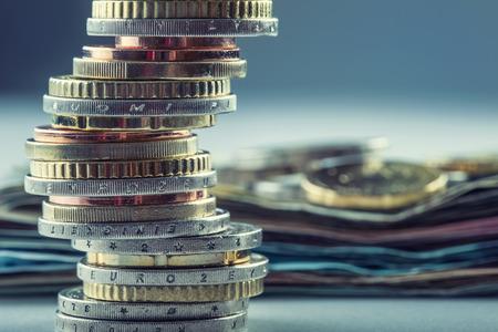 signos de pesos: Las monedas en euros. Dinero euro. Currency.Coins Euro apilados unos sobre otros en diferentes posiciones. Concepto de dinero