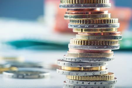 ユーロ硬貨。ユーロのお金。ユーロ通貨。コインは別の位置でお互いに積層。お金の概念