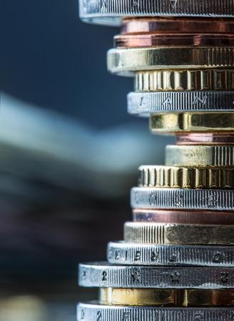 ユーロ硬貨。ユーロのお金。ユーロ通貨。硬貨の異なる位置にお互いに積層。お金の概念 写真素材