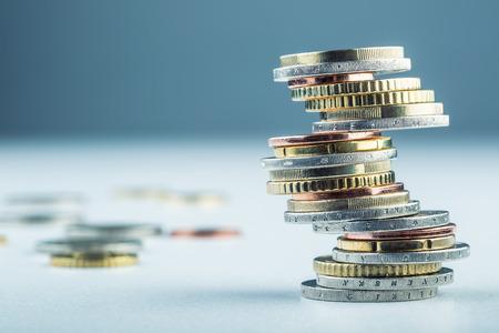sterling: Le monete in euro. Euro denaro. Currency.Coins Euro impilati uno sull'altro in posizioni diverse. Concetto di denaro