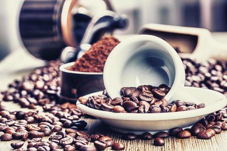 cafe colombiano: Granos de café, taza de café y una amoladora