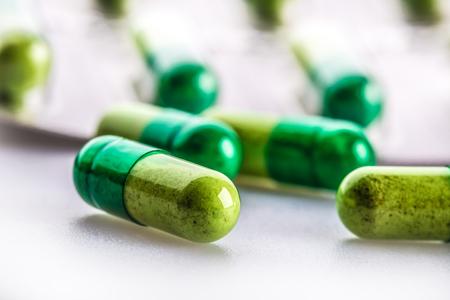 pastillas: Píldoras. Tablets. Cápsula. Montón de píldoras. Antecedentes médicos. Primer plano de la pila de amarillo tabletas verdes - cápsula