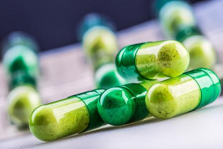 recetas medicas: Píldoras. Tablets. Cápsula. Montón de píldoras. Antecedentes médicos. Primer plano de la pila de amarillo tabletas verdes - cápsula