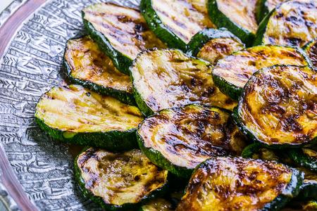 ズッキーニ。グリルしたズッキーニ。皿の上のグリル ズッキーニのスライス。ベジタリアン - 地中海料理。