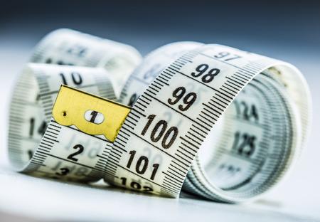 Cinta de medición curvada. Cinta de la medida. Vista de detalle de cinta métrica blanco Foto de archivo - 45594018