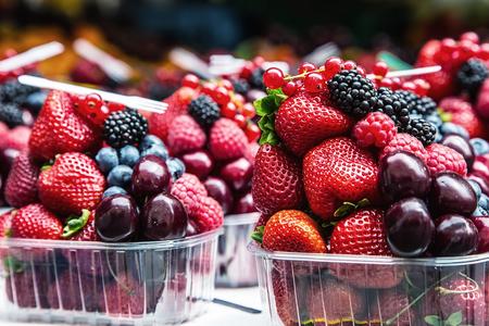 Bayas en un mercado Arándanos, frambuesas, fresas, frutas cerezas forestales. Jardinería, la agricultura, la cosecha y el concepto de bosque.