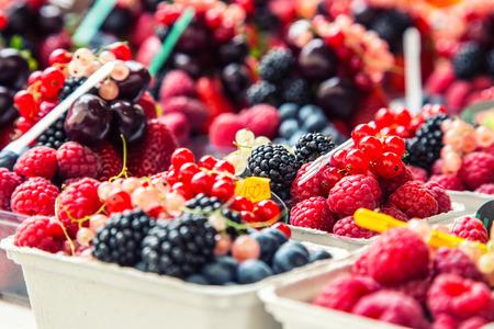 Bayas en un mercado Arándanos, frambuesas, fresas, frutas cerezas forestales. Jardinería, la agricultura, la cosecha y el concepto de bosque. Foto de archivo