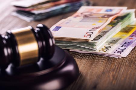 Rechter hamer hamer. Rechtvaardigheid en de euro geld. Euro munt. Rechter hamer en rolde Euro bankbiljetten. Vertegenwoordiging van corruptie en omkoping in de rechterlijke macht.