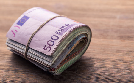 유로 지폐. 유로 통화. 유로 돈입니다. 나무 테이블에 압연 유로 지폐의 근접