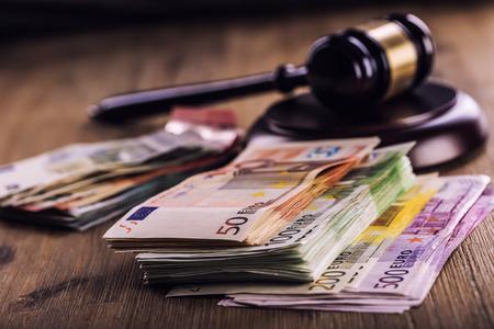 판사의 망치 망치. 정의와 유로 돈입니다. 유로 통화. 법원 망치, 압연 유로 지폐. 사법부의 부패와 뇌물 수수의 표현입니다.