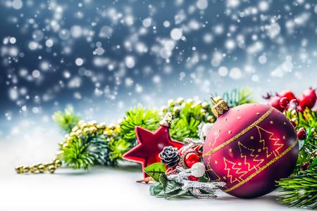 크리스마스 때. 반짝이 background.Xmas에 공 전나무와 장식으로 크리스마스 카드