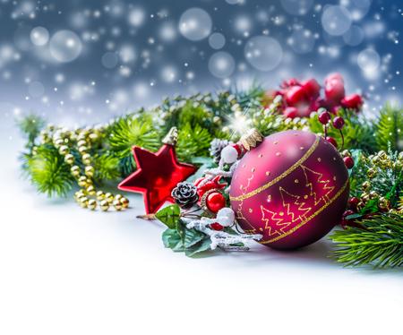 Kersttijd. Kerstkaart met bal spar en decor op glitter background.Xmas Stockfoto