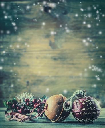 Kersttijd. Jingle Bells dennentakken Kerstversiering in de sneeuw sfeer. Stockfoto