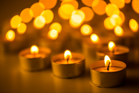 simbolos religiosos: Candles light. Christmas candles burning at night. Abstract candles background. Golden light of candle flame.