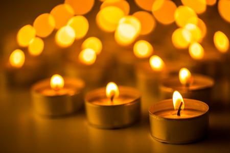 simbolos religiosos: Velas de luz. Velas de Navidad encendidas en la noche. Velas Resumen de antecedentes. Luz de oro de la llama de la vela.