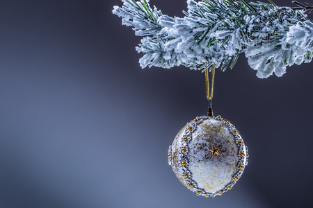 cintas  navide�as: Cristmas. Bola de Navidad. Bola de Navidad de Lujo en el �rbol de navidad. El hogar hizo la bola de Navidad colgando de rama de pino.