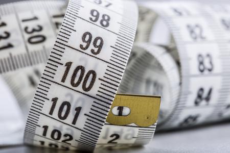 cinta de medir: Cinta de medición curvada. Cinta de la medida. Vista de detalle de cinta métrica blanco