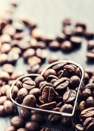 alubias: Granos de caf�. Granos de caf� en la forma de coraz�n Foto de archivo