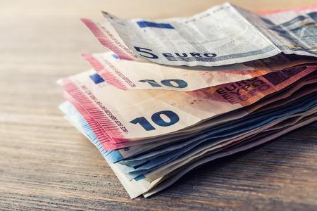 banconote euro: Diverse centinaia di banconote in euro impilati per valore. Euro concetto di denaro. Le banconote in euro. Euro soldi. valuta Euro. Banconote impilate l'una sull'altra in posizioni diverse. tonica foto