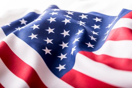 personas saludando: Bandera de EE.UU. Bandera estadounidense. Americana viento de la bandera de soplado. De cerca. estudio de disparo.