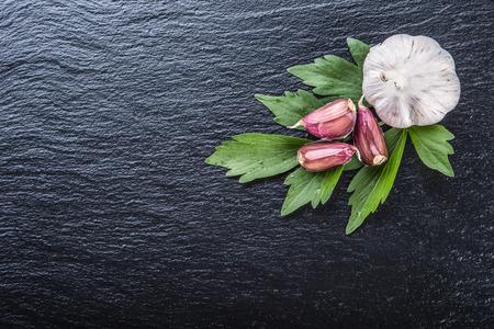 ajo: Ajo. Ajo fresco. Dientes de ajo con los mejores hojas de hierbas perejil y la pimienta cuatro colores. Foto de archivo