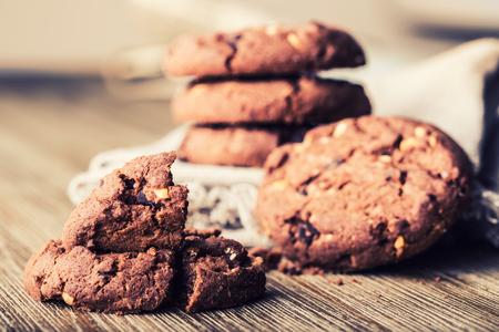 chocolate cookie: galletas de la galleta de chocolate. Galletas del chocolate en servilleta de lino blanco en la mesa de madera.