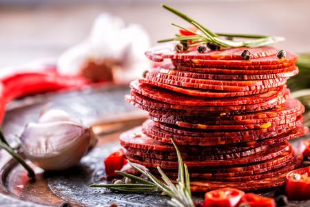 Wurst Chorizo. Traditionelle spanische Chorizo-Wurst, mit frischen Kräutern, Knoblauch, prpper und Chilischoten. Traditionelle Küche.