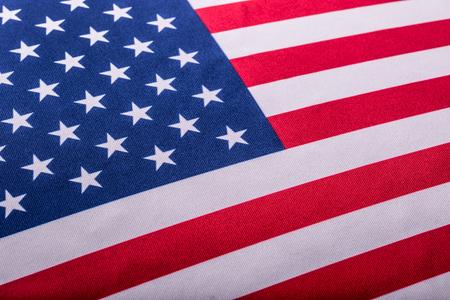 bandera blanca: Bandera de EE.UU. Bandera estadounidense. Americana viento de la bandera de soplado. De cerca. estudio de disparo.