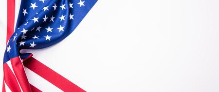 bandera blanca: Bandera de EE.UU. Bandera estadounidense. Americana viento de la bandera de soplado. De cerca. estudio de disparo. La bandera con una bandera de EE.UU.. Aislado en blanco
