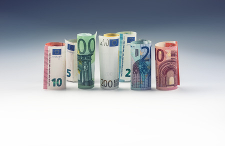 bolsa de valores: Varios cientos de billetes en euros apilan por valor. Concepto euro del dinero.