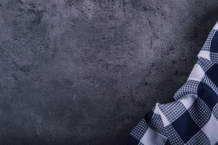 Vue de dessus checkered nappe de cuisine sur le granit - béton - pierre de fond. Espace libre pour votre texte ou de produits. Banque d'images - 52003877
