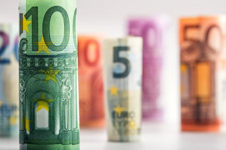 いくつかの 100 ユーロ紙幣を値ごとにスタックします。ユーロのお金の概念。ユーロ紙幣をロールバックします。ユーロ通貨。500 ユーロ紙幣消却を 写真素材