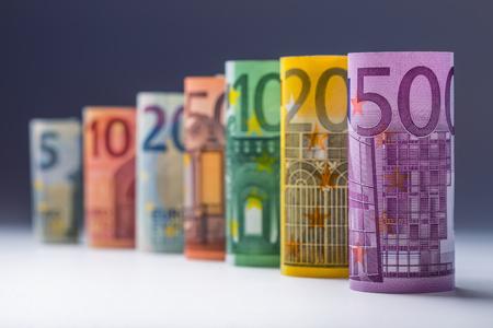 letra de cambio: Varios cientos de billetes en euros apilan por valor. Concepto euro del dinero. Rolls billetes de euro. Moneda euro. anunció la cancelación de quinientos billetes en euros. La cifra de billetes apilados unos sobre otros en diferentes posiciones. Foto entonada. Foto de archivo