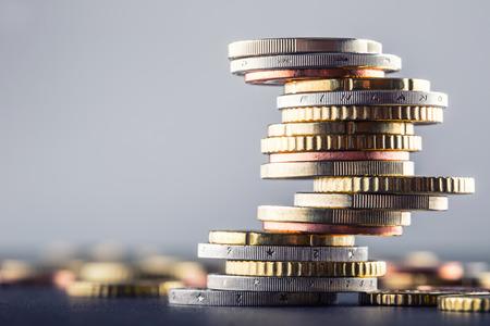 monet euro. Euro pieniędzy. currency.Coins euro one na siebie w różnych pozycjach. Koncepcja pieniędzy.