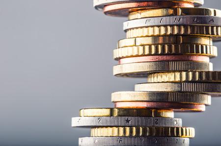 argent: Monnaies en euro. l'argent Euro. currency.Coins euro empilés les uns sur les autres dans des positions différentes. Money concept.