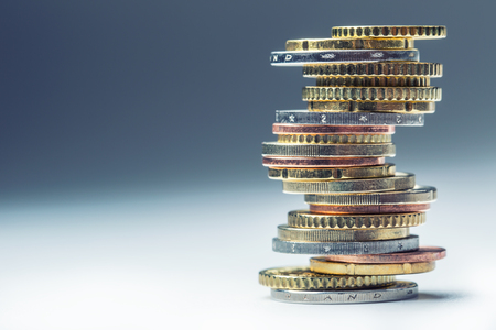 ユーロ硬貨。ユーロのお金。ユーロ通貨。コインは別の位置でお互いに積層。お金の概念。