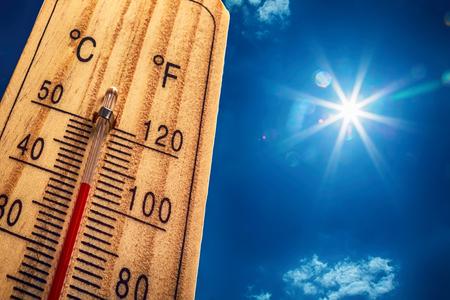 Thermometer Sun Sky 40 Degres. Heißer Sommertag. Hohe Sommertemperaturen in Grad Celsius und Fahrenheit. Standard-Bild