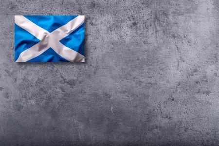 scottish flag: Bandiera Scozia. bandiera scozzese su sfondo concreto.