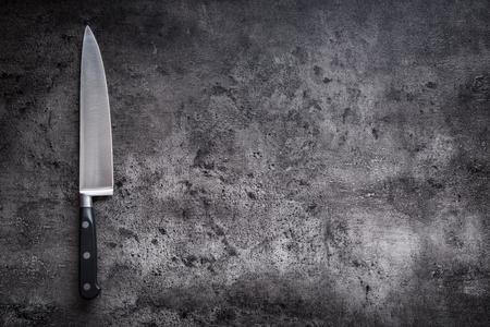 콘크리트 또는 나무 보드에 부엌 칼입니다.