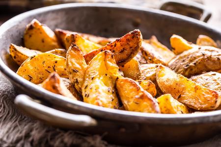 Patata. Patate arrosto. patate americane con sale pepe e cumino. spicchi di patate arrosto deliziosa croccanti.