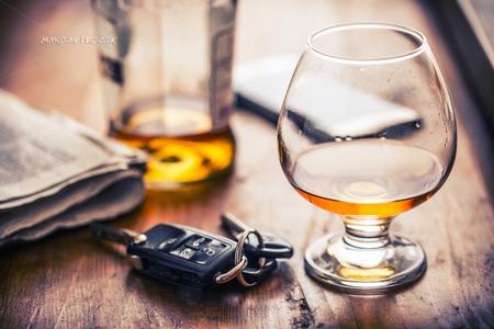 Alcoolisme. Cup cognac ou brandy main les clés de la voiture et le conducteur irresponsable. Banque d'images - 70149508