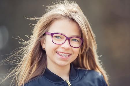 Fille. Ados. adolescent pré. Fille avec des lunettes. Fille avec des accolades dents. Jeune mignon caucasien fille blonde portant des accolades dents et des lunettes. Banque d'images - 73229143