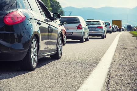 Verkeersopstopping op de snelweg tijdens de vakantieperiode of bij een verkeersongeval. Langzaam of slecht verkeer. Stockfoto - 81896798