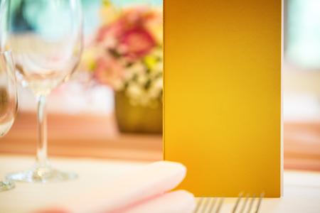 Sirvió la mesa con el folleto del menú en el restaurante, primer plano. Espacio libre para su texto o información. Foto de archivo - 82827430