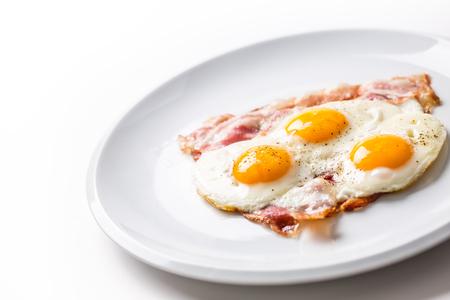 Jamón y tocino tocino y huevo escalfado de salmón con pimienta en un plato blanco. dulces decorados Foto de archivo - 96145693