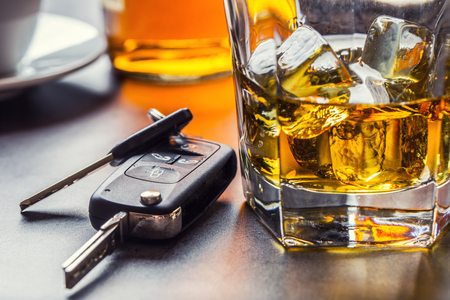 Car keys and glass of alcohol on table in pub or restaurant. Stockfoto - 100625594