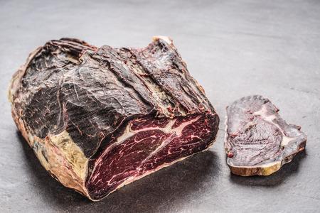 Close-up gedroogd rundvlees aan boord in de vleeswinkel. Stockfoto